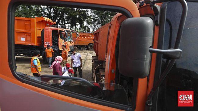 Para petugas dari Dishub Kota Bekasi menyetop truk-truk sampah DKI Jakarta di pintu tol Bekasi Barat karena kedapatan tak dilengkapi surat-surat.