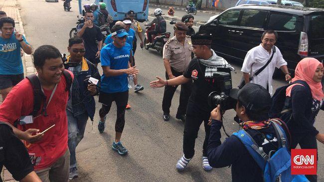 Tim sukses Ahok-Djarot meminta Sandiaga Uno sebagai pesaing harus meniru Ahok yang tak pernah mangkir pada pemeriksaan kasus hukum di kepolisian.
