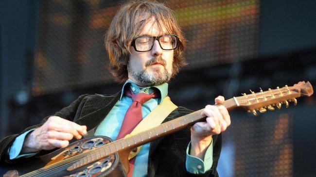 Mantan pentolan band Pulp, Jarvis Cocker, menyepakati tawaran penerbit Jonathan Cape untuk mempublikasikan tulisannya, The Book is A Song.