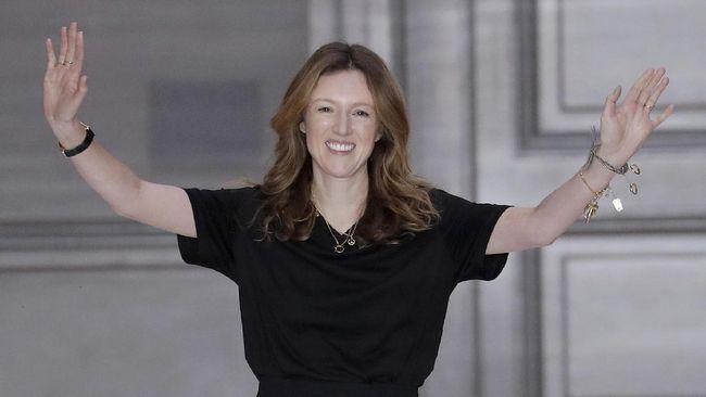 Clare Waight Keller, desainer Inggris rumah mode Prancis Givenchy dan juga perancang gaun pengantin Meghan Markle mengundurkan diri dari posisinya di Givenchy.