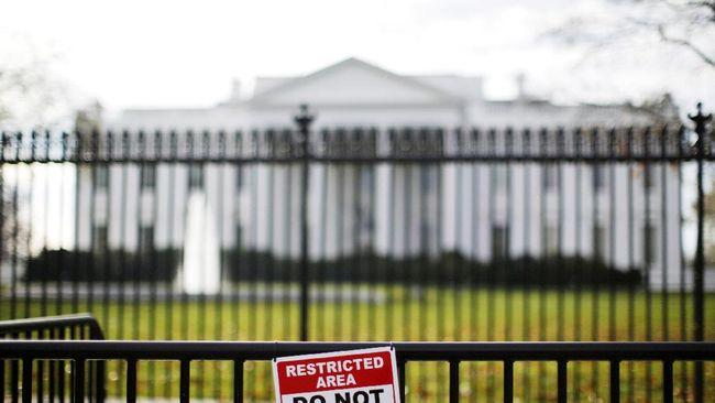 Gedung Putih akhirnya mengibarkan bendera setengah siang untuk mengenang mendiang Senator John McCain yang wafat, Sabtu (25/8).