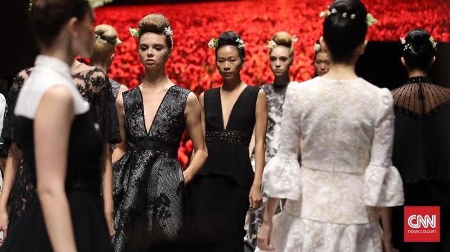 Kembali bermain-main dengan bunga dan elegansi, koleksi dari lini Sebastian Red ini menjadi pembuka pekan Plaza Indonesia Fashion Week 2017.