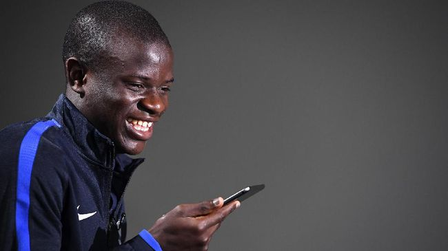 France's midfielder N'Golo Kante reacts during a press conference in Clairefontaine, near Paris, on March 20, 2017, as part of the team's preparation for the upcoming World Cup 2018 qualifiers.  / AFP PHOTO / FRANCK FIFE