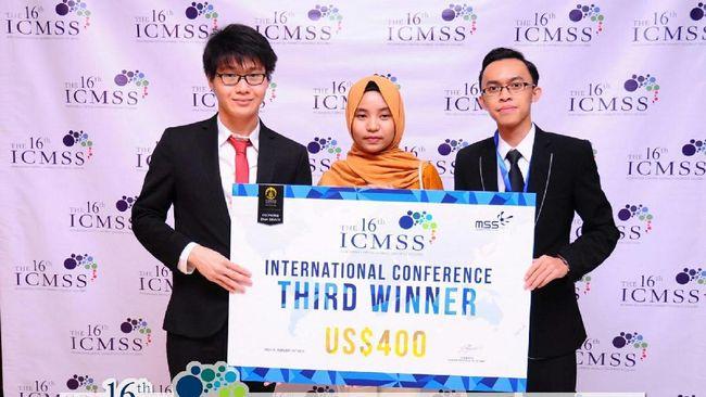Tiga mahasiswa President University yang tergabung dalam The Lannisters, berhasil menjadi juara tiga di ajang Indonesia Capital Market Student Studies 2017.