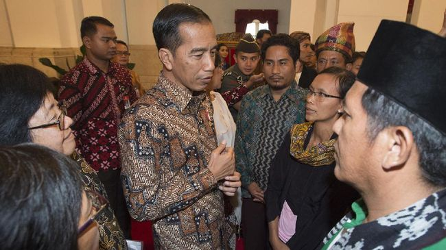 Gunarti, petani asal Pegunungan Kendeng, memiliki waktu singkat untuk menyampaikan protes kelompoknya kepada Jokowi. Ia meminta Jokowi menepati janji.