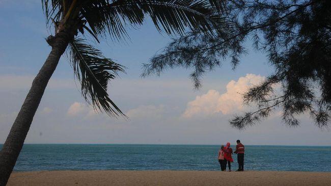 Pantai Kebang Kemilau, Provinsi Bangka Belitung menjadi lokasi ngabuburit favorit warga.