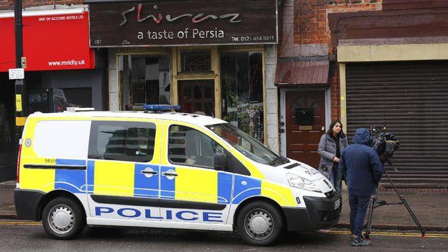 Polisi London menembak seorang wanita dan menahan tiga orang lainnya yang dicurigai melakukan penghasutan terorisme.