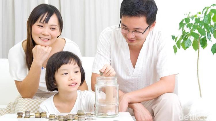 Kenali waktu dan cara mengenalkan uang dan menabung pada anak sesuai dengan usianya. Dengan demikian anak pun bisa lebih mudah memahami soal menabung ini, Bun.