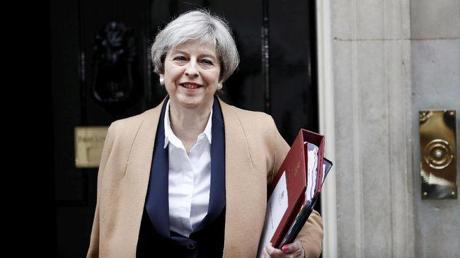 Analisa busana Perdana Menteri Inggris Theresa May mengungkap kegemaran wanita ini untuk memilih tampilan yang kuat.