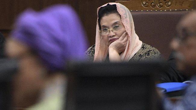 Terdakwa kasus dugaan korupsi pengadaan alat kesehatan tahun 2005 Siti Fadilah Supari (kanan) menjalani sidang lanjutan di Pengadilan Tipikor, Jakarta, Rabu (29/3). Sidang mantan Menteri Kesehatan tersebut beragenda mendengarkan keterangan saksi. ANTARA FOTO/Sigid Kurniawan/pras/17.