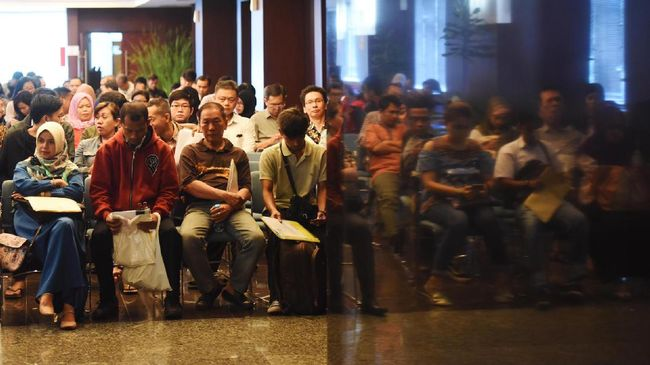 Wajib pajak mengantre sebelum dipanggil menuju bilik tax amnesty di Kantor Pusat Ditjen Pajak, Jakarta, Rabu (29/3). Berdasarkan data pertanggal 29 Maret 2017 pukul 07.30 WIB, hasil sementara jumlah penerimaan tax amnesty berdasarkan Surat Setoran Pajak (SSP) sebesar Rp123,64 triliun dan jumlah harta deklarasi berdasarkan Surat Pernyataan Harta (SPH) sebesar Rp4.669 triliun. ANTARA FOTO/Akbar Nugroho Gumay/aww/17.