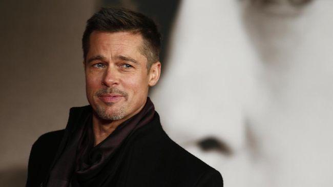 Brad Pitt disebut lega dan bahagia bisa menyandang status duda usai pisah dari Angelina Jolie karena kini bisa fokus pada dirinya dan anak-anak.