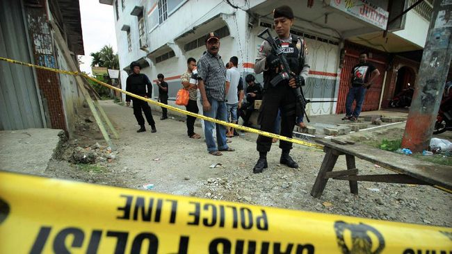 Polisi menemukan granat dan alat hisap sabu saat membubarkan kerumunan untuk mencegah penyebaran covid-19.