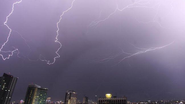 Badan Meteorologi, Klimatologi dan Geofisika (BMKG) mengeluarkan peringatan dini potensi hujan yang dapat disertai petir dan angin kencang di wilayah DKI.