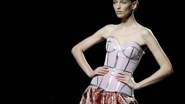 Dari pakaian dalam wajib era Victoria hingga dikenalkan lagi sebagai luaran dalam rancangan Prada, korset mengalami pergeseran yang menarik disimak.