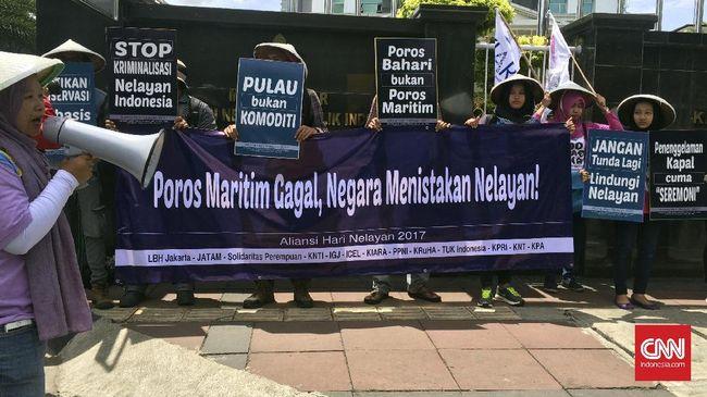 Nelayan menyatakan bahwa Poros Maritim yang digagas Presiden Jokowi justru membuat mereka terpuruk karena tak dilibatkan dalam pengambilan kebijakan.