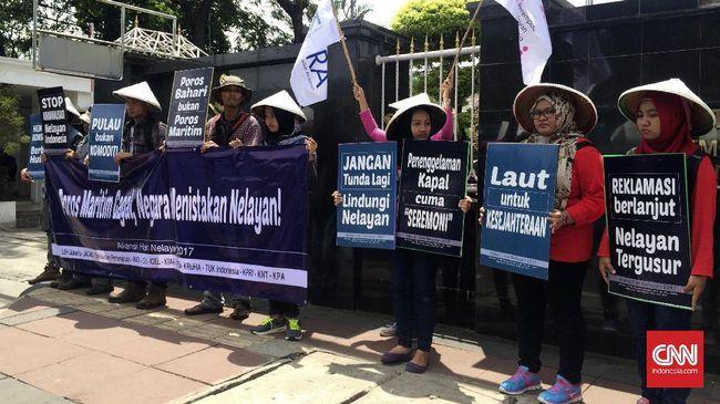 Gagasan Poros Maritim Dunia Jokowi pada 2014 dinilai tak lagi jadi prioritas periode saat ini yang lebih mementingkan investasi besar dan meminggirkan nelayan.