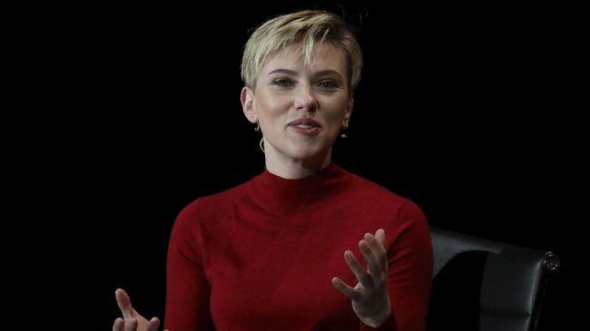 Publisis Scarlett Johansson mengatakan bahwa pemeran 'Black Widow' itu resmi bertunangan dengan pacarnya yang sudah dikencani dua tahun terakhir, Colin Jost.