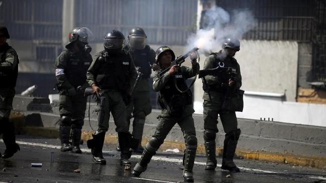 Kerusuhan terjadi dalam aksi demontrasi guna menggulingkan Presiden Nicolas Maduro. Mereka menuntut presiden mundur karena kemiskinan merajalela.