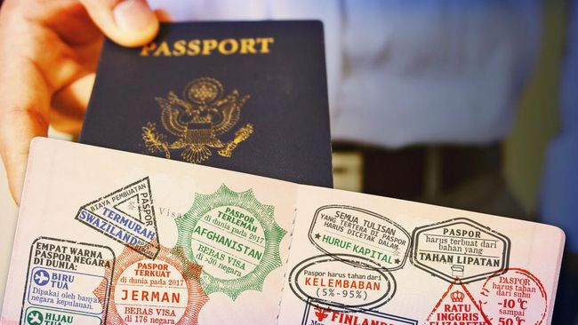 Otoritas Israel melarang seorang pejabat Palestina, Adnan Al-Husseini, bepergian ke luar negeri dan menyita paspornya pada Kamis (22/11).