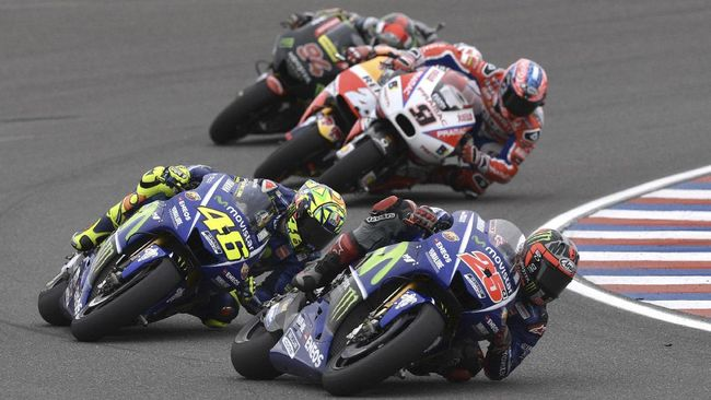 Spanish biker Maverick Vinales (25), rides his Yamaha next to Italian Valentino Rossi (46), during the MotoGP race of the Argentina Grand Prix at Termas de Rio Hondo circuit, in Santiago del Estero, Argentina on April 9, 2017. Vinales won the race and Rossi got the second place. / AFP PHOTO / JUAN MABROMATA