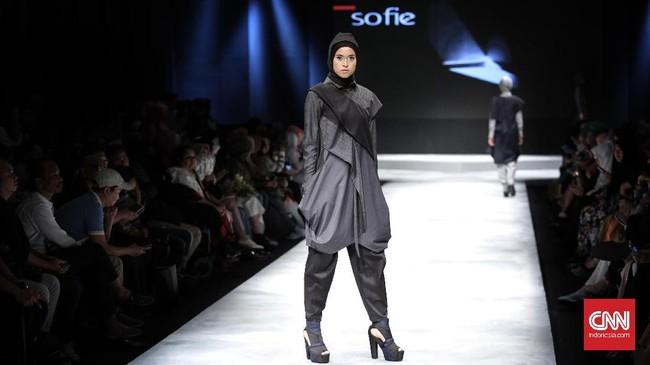 Bersama Najua Yanti, Hannie Hananto dan Monika Jufri, mereka menutup dengan manis gelaran Muslim Fashion Festival ke-dua yang berakhir Minggu (9/4).