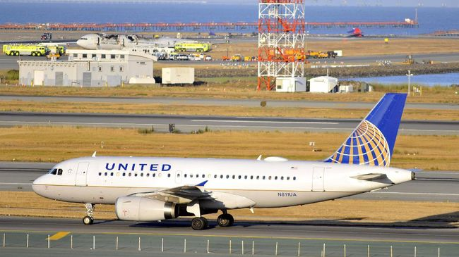 Larangan terbang sementara pesawat Boeing 777 usai insiden mesin meledak yang dialami maskapai United Airlines.