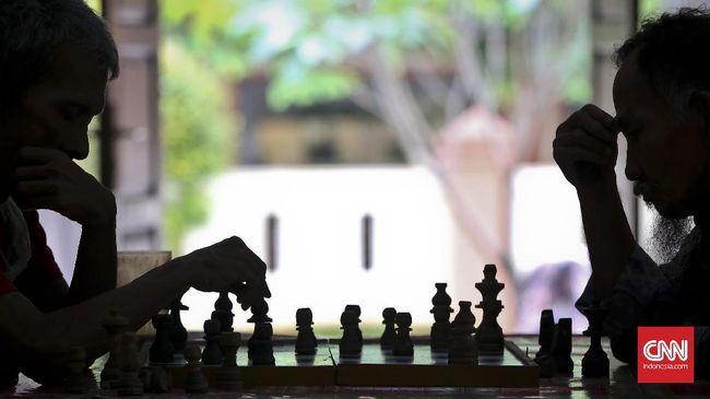 Dewa Kipas yang ramai diperbincangkan netizen merasa tidak terima dengan pernyataan Grandmaster Indonesia lalu menantangnya bertanding.