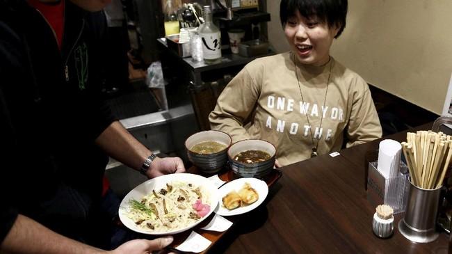 Tren makan serangga makin menjamur. Kini giliran Jepang yang memopulerkan sajian serangga, termasuk cacing. Mereka bahkan juga mencampur serangga dengan ramen.