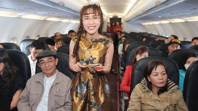 Nguyen Thi Phuong Thao, otak di balik kesuksesan maskapai bikini Viet Jet, menjadi wanita terkaya di Vietnam. Konsep seragam pramugarinya gunakan bikini latex.