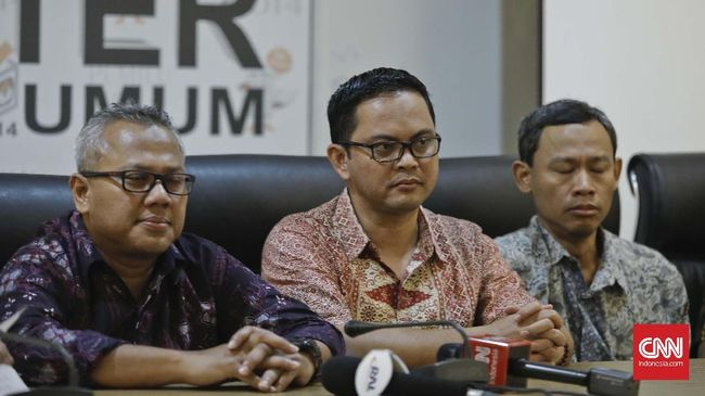 Komisioner KPU Pramomo Ubaid Tanthowi menyebut hoaks saat ini sengaja diproduksi timses Jokowi maupun Prabowo untuk menjatuhkan kandidat lawan.