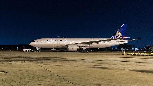 Penumpang maskapai United Airlines terdampar di landasan salah satu bandara di Kanada selama 16 jam karena pintu pesawat mereka membeku dan tidak dapat dibuka.