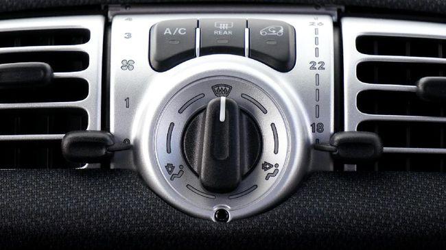 Kompresor AC bocor menyebabkan freon terbuang dan menyebabkan kemampuan mendinginkan interior mobil jadi tidak maksimal.