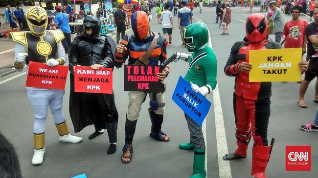 Aksi Koalisi Save KPK diikuti oleh sejumlah peserta yang mengenakan kostum super hero, seperti Batman, Deadpool, Power Ranger, dan Deathstroke.