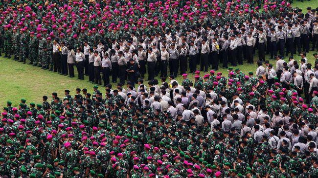 Sejumlah anggota Polri dan prajurit TNI mengikuti apel gabungan pergeseran pasukan di Lapangan Bhayangkara, Jakarta, Selasa (18/4). Sebanyak 62 ribu personel gabungan TNI-Polri dikerahkan untuk pengamanan pelaksanaan Pilkada DKI Jakarta putaran kedua. ANTARA FOTO/Rivan Awal Lingga/aww/17.