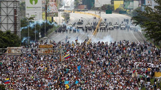 Ketegangan politis di Venezuela memasuki pekan keempat. Seorang pekerja pemerintahan ditembak mati sementara seorang lainnya dibiarkan terluka.