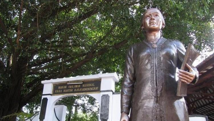 Sama-sama bergerak untuk memperjuangkan kaum perempuan, namun ada perbedaan antara Rohana Kudus dengan RA Kartini.