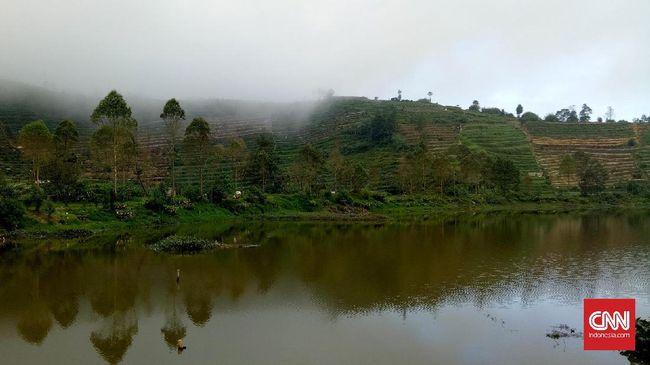 Telaga Cebong berada di barat Bukit Sikunir, Wonosobo. Saat ini, telaga berpanorama indah itu siap bersaing jadi objek wisata primadona.