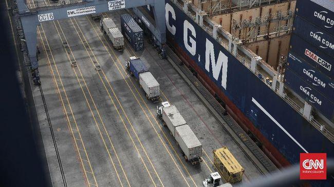 Kementerian Perhubungan akan mewajibkan truk pengangkut barang ekspor dan impor berstiker khusus agar mereka bisa melenggang bebas di jalan.