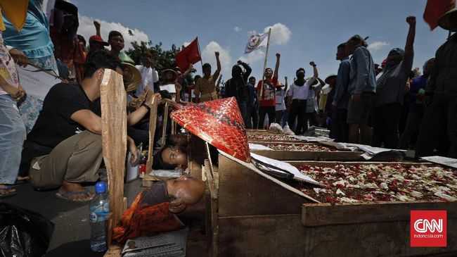 Masyarakat adat Sunda Wiwitan memutuskan lebih baik gugur membela wilayah adat dalam proses eksekusi di Kuningan.