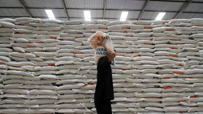Bulog Kalbar membagikan 6.000 ton beras bantuan Pemprov Kalbar untuk membantu warga miskin yang terdampak virus corona.