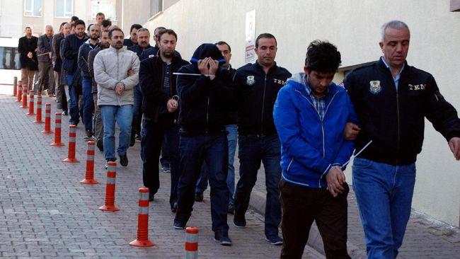 Turki menangkap 249 karyawan kemlu karena diduga berhubungan dengan Fethullah Gulen, tokoh agama yang disebut-sebut sebagai dalang upaya kudeta gagal 2016 lalu.