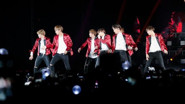BTS memesona ARMY dalam konsernya di ICE BSD, Tangerang Sabtu (29/4) lalu. Mereka berjanji itu bukan kali terakhir menginjakkan kaki ke Indonesia.