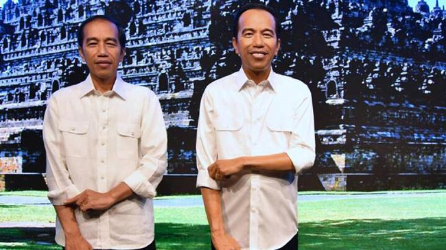 Patung lilin Jokowi di Madame Tussauds Hong Kong awalnya berkemeja putih. Patung itu akan segera berganti baju dengan batik yang dikirim langsung dari Istana.