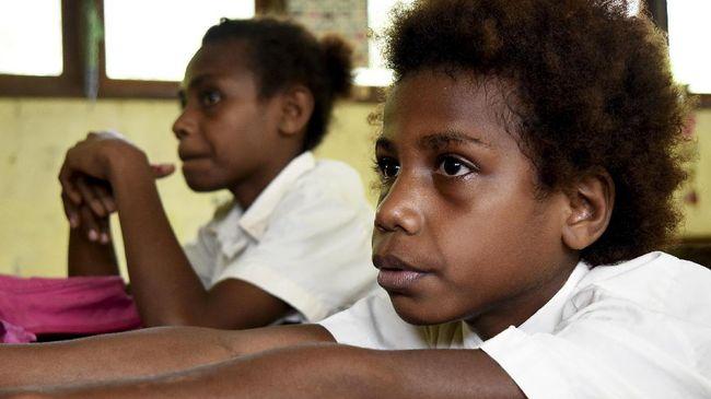 Tidak sedikit siswa di Papua yang tak bisa mengikuti pembelajaran jarak jauh karena keterbatasan listrik dan internet.