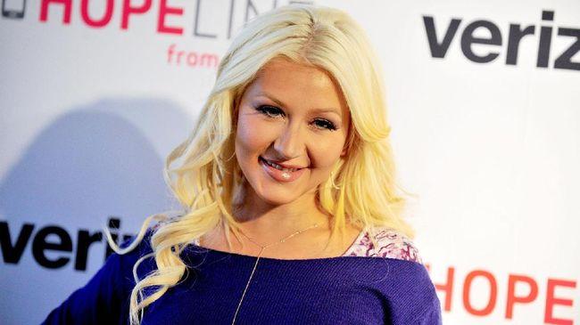 Christina Aguilera mengumumkan dirinya kembali terlibat dalam film Mulan versi live action. Sebagai lagu utama, ia menyanyikan Reflection.