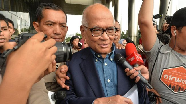 Syafruddin Temenggung tersenyum kecil saat disinggung apakah penerbitan SKL BLBI kepada Sjamsul Nursalim atas arahan Presiden Megawati Soekarnoputri.