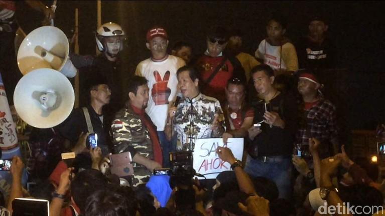 Anton Medan berorasi di depan massa pendukung Ahok di depan Rutan Cipinang.