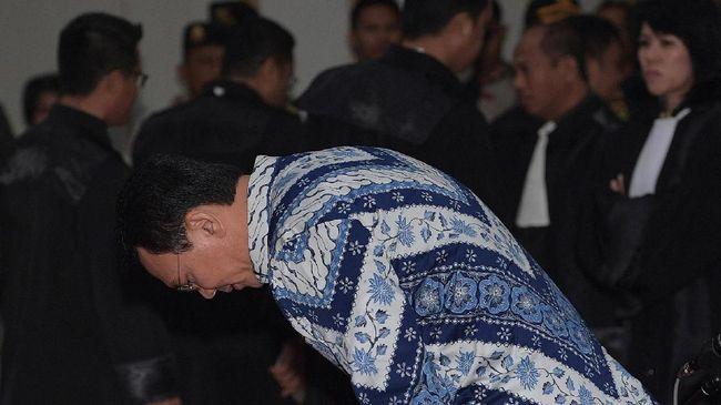 Ketum PPP Romarhumuziy menyebut label penista agama masih melekat pada sosok Ahok. Karena hal itu TKN melokalisir Ahok agar tidak menjadi persoalan bagi Jokowi.