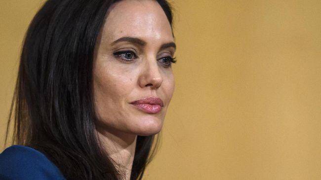 Aktris Angelina Jolie mengungkapkan pengalaman perlakuan yang berbeda atau diskriminasi terhadap anak adopsi dari Etiopia yang bernama Zahara.